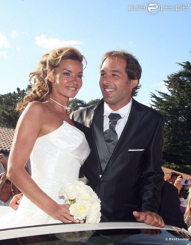 Ingrid Chauvin et son mari Thierry Peythieu lors leur mariage au Cap Ferret en août 2011