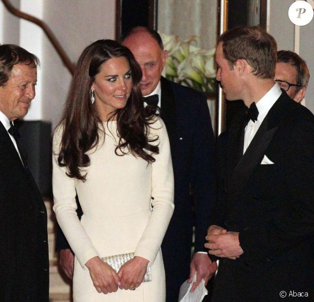 Le prince William et sa femme Catherine prenaient part le 8 mai 2012 au Claridges de Londres à la soirée mensuelle du Thirty Club. Le futur roi d'Angleterre devait prononcer une allocution. Kate Middleton a fait sensation dans une robe Roland Mouret et chaussée de Jimmy Choo.