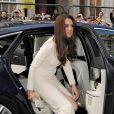 Catherine, duchesse de Cambridge a fait sensation en accompagnant son mari le prince William le 8 mai 2012 au Claridges de Londres à la soirée mensuelle du Thirty Club. Le futur roi d'Angleterre devait prononcer une allocution. Kate Middleton a fait sensation dans une robe Roland Mouret et chaussée de Jimmy Choo.