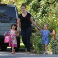 Jennifer Garner (cachée) accompagne sa fille Seraphina à une fête d'anniversaire, à Los Angeles le 15 mai 2012.