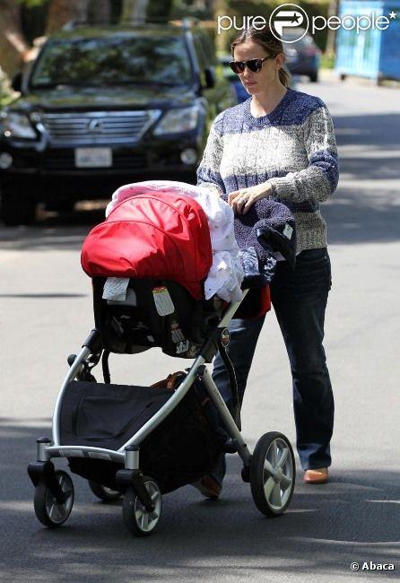 Jennifer Garner promène son fils Samuel dans les rues de Los Angeles, le 15 mai 2012.