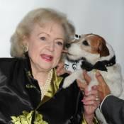 Betty White soutenue par Uggie : La légendaire comédienne passe sur le gril