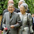 L'empereur du Japon Akihito et sa femme l'impératrice Michiko en promenade dans Londres le 17 mai 2012, à la veille du déjeuner donné par Elizabeth II à Windsor.