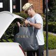 Casper Smart joue les porteurs le 20 mai 2012 à Los Angeles en pleine séance shopping au centre commercial The Grove