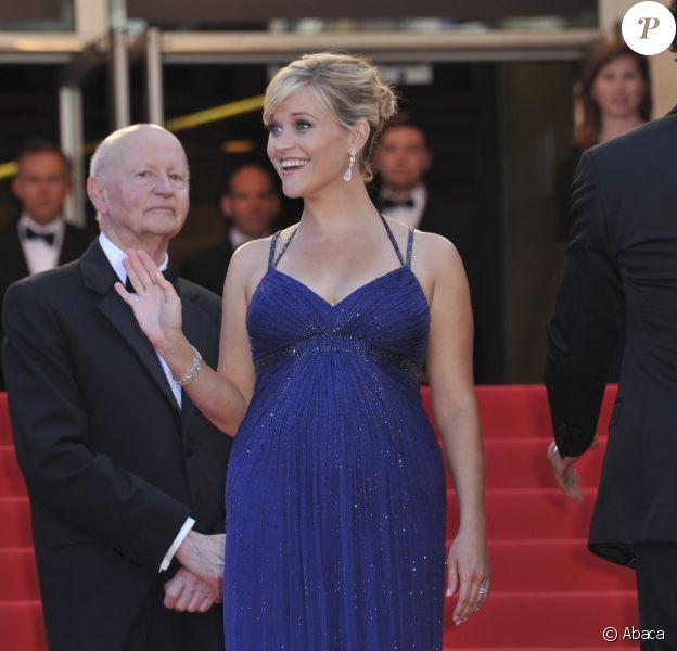 Reese Witherspoon, enceinte, sublime dans une robe Versace lors de la montée des marches pour le film Mud au Festival de Cannes le 26 mai 2012