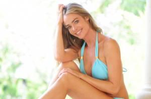 Denise Richards, sexy, dévoile son corps de naïade