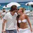 Michelle Hunziker et Tomaso Trussardi s'embrassent sur une plage de Miami, le 2 juin 2012.