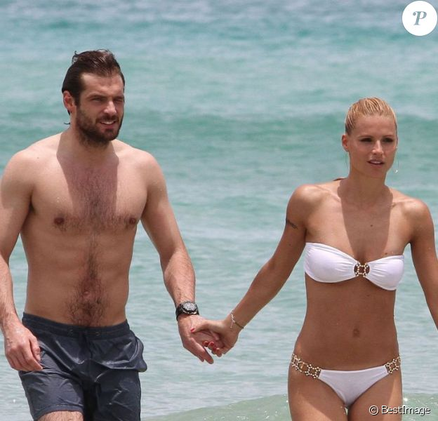 Michelle Hunziker et le beau Tomaso Trussardi se baignent sur une plage de Miami, le 2 juin 2012.