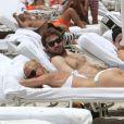 Détente au programme pour Michelle Hunziker et le beau Tomaso Trussardi sur une plage de Miami, le 2 juin 2012.