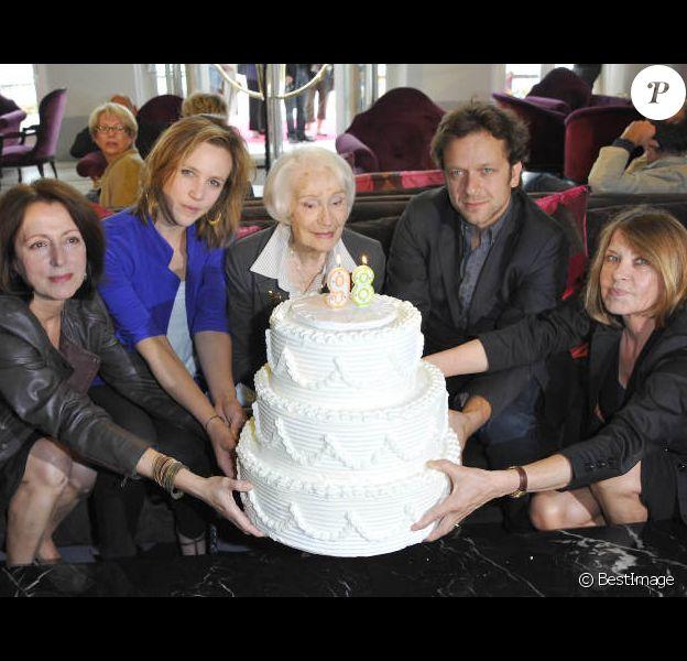Gisèle Casadesus, qui fête ses 98 ans, Marie Kremer, Anne-Marie Etienne, Jonathan Zaccai et Martine de Clermont-Tonnerre lors du festival du film de Cabourg le 14 juin 2012