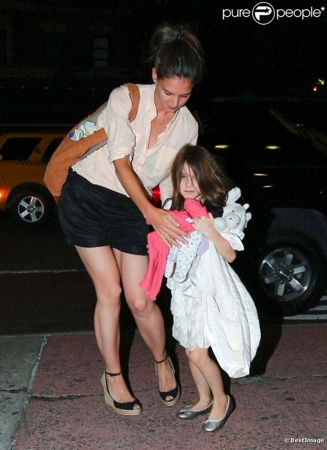 """Katie Holmes et sa fille Suri vont au cinéma pour voir le film animé en 3D """"Rebelle""""."""
