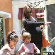 Kim, Kourtney Kardashian et le petit Mason , à    Los   Angeles , le 29 juin 2012.