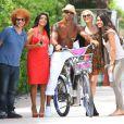 Shemar Moore, toujours bien entouré, fait un peu de vélo à Miami le 3 juillet 2012