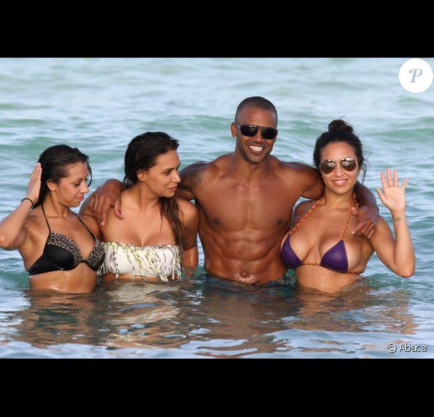 Shemar Moore profite d'un soleil de plomb pour passer l'après-midi avec de ravissantes jeunes femmes à Miami le 2 juillet 2012