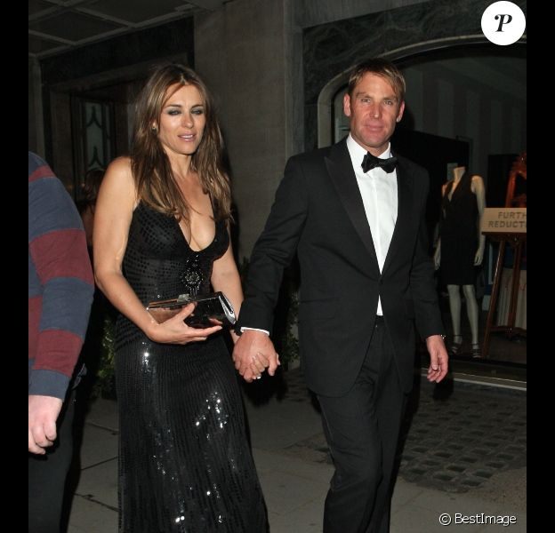 Elizabeth Hurley, quelque peu éméchée et son fiancé Shane Warne, le 5 juillet à l'hôtel Claridges à Londres