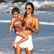 Alessandra Ambrosio : Une sirène dynamique et affectueuse sur la plage