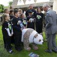 Le prince Charles avec des écoliers lors d'un événement (Green Ambassadors Summit) en faveur de l'environnement, organisé le 5 juillet 2012 dans sa ferme biologique d'Highgrove sous l'égide de la WWF.