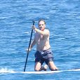 L'ancien ministre Eric Besson se laisse tenter par le paddle surfing au large de Saint-Tropez, le 12 juillet 2012.