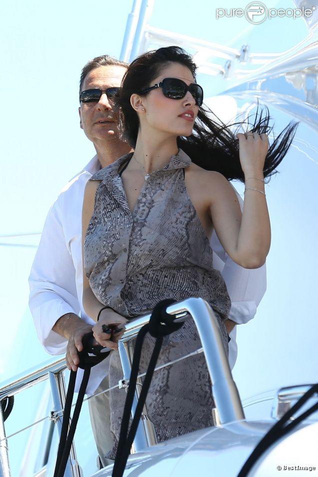 Eric Besson et son épouse Yasmine sur un yacht au large de Saint-Tropez, le 12 juillet 2012.