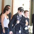 Entourée de ses enfants Lourdes et Rocco, Madonna sort de son hôtel du Ritz à Paris le 14 juillet 2012