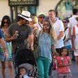 Tomer Sisley avec sa compagne Julie et leurs enfants Liv Shaya et Levin à Saint-Tropez le 17 juillet 2012