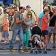 Tomer Sisley et sa famille à Saint-Tropez le 17 juillet 2012