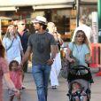 Tomer Sisley et sa famille à Saint-Tropez le 17 juillet 2012 : un quatuor formé par l'acteur, sa compagne Julie et leurs enfants Liv Shaya et le petit Levin
