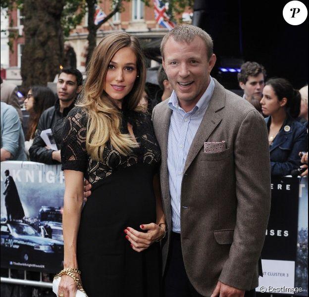 Guy Ritchie pose avec sa compagne Jacqui Ainsley, enceinte de son deuxième enfant, lors de l'avant-première du film The Dark Knight Rises, le 18 juillet 2012
