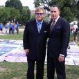 Elton John et David Furnish posent devant le AIDS Memorial Quilt qui rend hommage aux victimes, en marge de l'ouverture de la 19e Conférence internationale sur le sida à Washington, le 23 juillet 2012.
