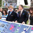 Elton John et David Furnish tiennent un morceau du AIDS Memorial Quilt qui rend hommage aux victimes, en marge de l'ouverture de la 19e Conférence internationale sur le sida à Washington, le 23 juillet 2012.