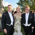 Naomi Watts entourée d'Elton John et David Furnish lors du 14e White Tie and Tiara Ball, organisé par leurs soins et Chopard, à Old Windsor, le 28 juin 2012.