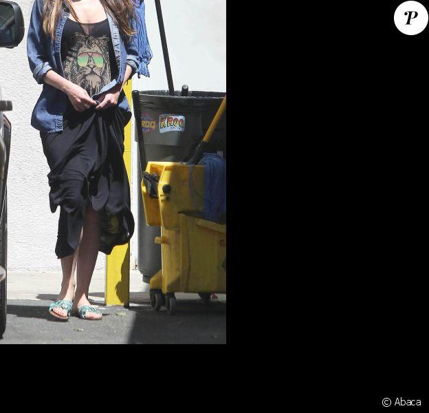 Megan Fox, enceinte, quittant un restaurant japonais à West Hollywood le 29 juillet 2012