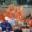 Catharina-Amalia et Alexia dans la fièvre oranje. Le prince Willem-Alexander et la princesse Maxima des Pays-Bas avec leurs filles les princesses Catharina-Amalia (8 ans), Alexia (7 ans) et Ariane (5 ans) dans les gradins de l'Aquatics Centre des Jeux olympiques de Londres le 29 juillet 2012, en feu devant la médaille d'argent des nageuses hollandaises dans le relais 4 x 100 m nage libre féminin.