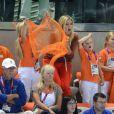Le prince Willem-Alexander des Pays-Bas et la princesse Maxima avec leurs filles les princesses Catharina-Amalia (8 ans), Alexia (7 ans) et Ariane (5 ans) dans les gradins de l'Aquatics Centre des Jeux olympiques de Londres le 29 juillet 2012, en feu devant la médaille d'argent des nageuses hollandaises dans le relais 4 x 100 m nage libre féminin.