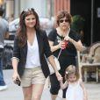 Complices, Tiffani Thiessen en promenade avec sa fille Harper à New York le 31 juillet 2012