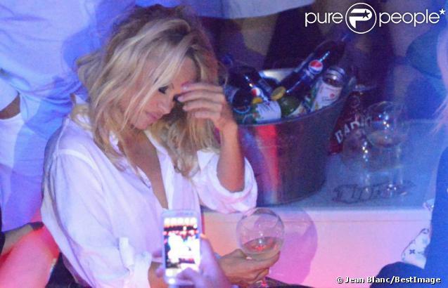 Pamela Anderson, légèrement assommée par le champagne, fait la fête au Vip Room de Saint Tropez le 31 juillet 2012