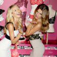 Candice Swanepoel et le nouvel Ange de Victoria's Secret, Bregje Heinen; lors d'un événement de la marque à New York le 31 juillet 2012