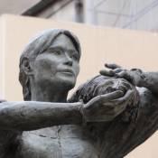 Carla Bruni : Sa statue de bronze en place à Nogent-sur-Marne, mais cachée...