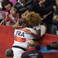 Teddy Riner embrassé tendrement par sa compagne Luthna lors des Jeux olympiques de Londres le 3 août 2012 après avoir décroché la médaille d'or