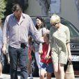 Jason Segel, très complice avec la fille de sa compagne Michelle Williams  à Los Angeles le 6 août 2012 à la sortie du cours de gym de la petite Matilda
