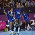 Les filles de l'équipe de France de handball en pleurs après leur défaite surprise en quart de finale du tournoi olympique face au Monténégro le 7 août 2012 à Londres