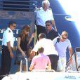 Sylvester Stallone, en famille, quitte un yacht pour se rendre à l'aéroport de Nice et rejoindre Paris, le mercredi 8 août 2012.