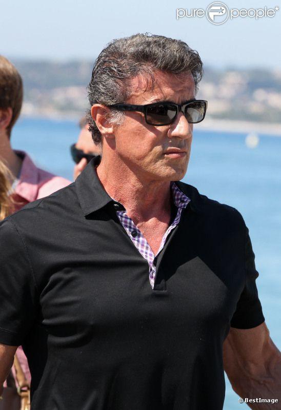 Sylvester Stallone quitte un yacht pour se rendre à l'aéroport de Nice et rejoindre Paris, le mercredi 8 août 2012.