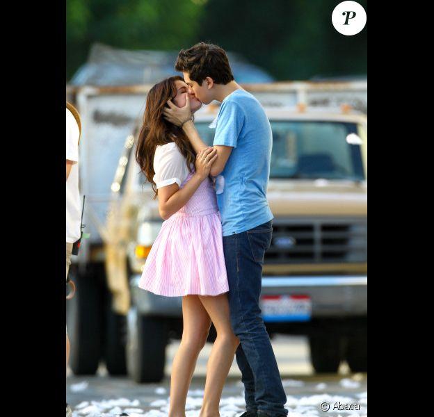 Selena Gomez partage un baiser avec Nat Wolff sur le tournage du film Parental Guidance Suggested, le vendredi 10 août 2012, à Sherman Oaks, en Californie.