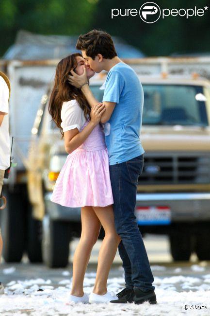 Selena Gomez partage un baiser avec Nat Wolff sur le tournage du film  Parental Guidance Suggested , le vendredi 10 août 2012, à Sherman Oaks, en Californie.