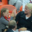 Tope là ! Le prince Haakon et la princesse Mette-Marit de Norvège avec leur enfants Isabella (8 ans) et Sverre (6 ans) le 11 août 2012 lors de la finale Norvège - Monténégro de hand féminin aux JO de Londres.