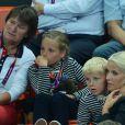 Le prince Haakon et la princesse Mette-Marit de Norvège avec leur enfants Isabella (8 ans) et Sverre (6 ans) le 11 août 2012 lors de la finale Norvège - Monténégro de hand féminin aux JO de Londres.