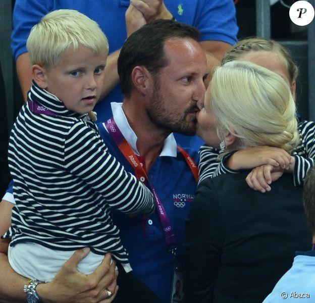 Un baiser pour fêter la médaille d'or ! Le prince Haakon et la princesse Mette-Marit de Norvège avec leur enfants Isabella (8 ans) et Sverre (6 ans) le 11 août 2012 lors de la finale Norvège - Monténégro de hand féminin aux JO de Londres.