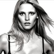 Lara Stone expose son généreux décolleté dans de la lingerie Calvin Klein