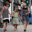 Michelle Williams, sa maman et sa fille Matilda font du shopping à Los Angeles, le 16 août 2012 - Matilda tient la main de sa maman et de sa grand-mère
